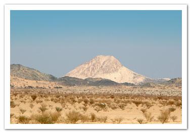 Gunung putih di tengah bukit bukit berbatu hitam adalah pemandangan