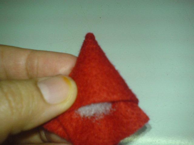 sisipkan dakron di lembaran memanjang felt, buat bentuk segitiga …
