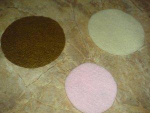 sediakan kain flanel dengan warna yang diinginkan, gunting bentuk